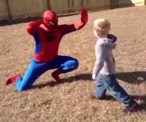 Soldato fa una sorpresa al figlio