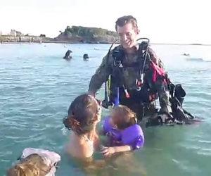 Soldato fa una sorpresa alla famiglia