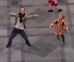 Inizia a ballare da solo in mezzo alla stazione, ecco cosa succede