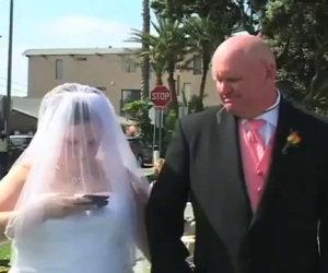 Sposa messaggia durante il matrimonio