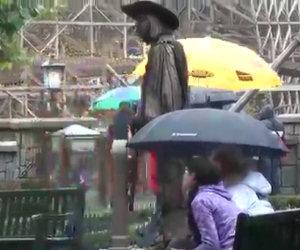 Statua vivente spaventa una donna