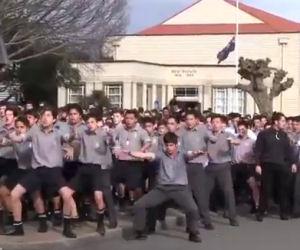 Ecco cosa fanno questi studenti al funerale del proprio professore