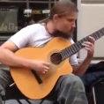 Sembra un artista di strada come tanti, ma suona la chitarra da Dio!
