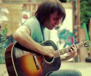 Suona con la chitarra Beat It di Michael Jackson, un vero artista!