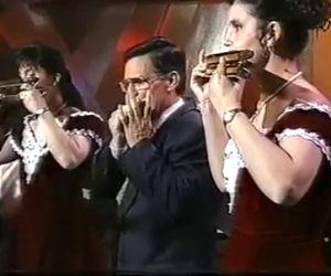Tre persone con l'armonica suonano Beethoven in modo epico