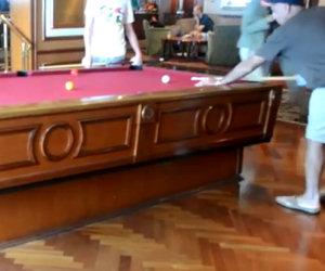 Un tavolo da biliardo che si auto-livella su una nave da crociera