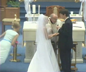 La testimone di nozze cade come una pera durante il matrimonio