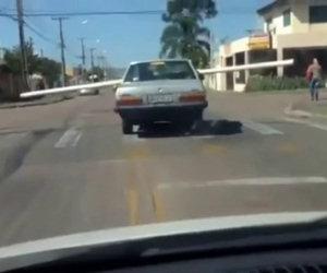Trasportare un lungo tubo in auto in modo decisamente maldestro