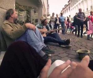 Tre studenti aiutano un senzatetto