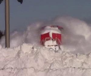 I binari sono coperti di neve, l'arrivo del treno è uno spettacolo