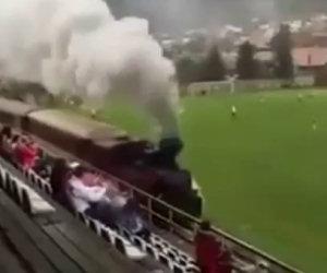 Durante una partita di calcio passa un treno dentro lo stadio