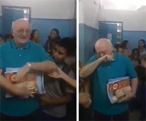 Il professore va in pensione, ecco come lo saluta tutta la sua scuola