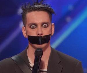 Si presenta con un nastro adesivo in bocca, la sua audizione è geniale