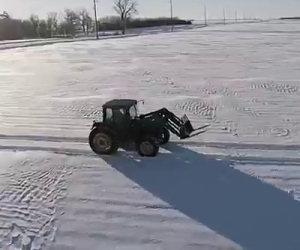 Questo trattore avanza nella neve e fa qualcosa di veramente originale