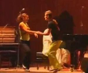 Il ballerino vestito di giallo inizia a ballare e stupisce tutti