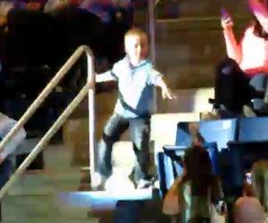 Un bambino inizia a ballare nello stadio ed anima tutto il pubblico
