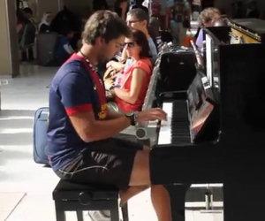 Un fantastico duetto tra sconosciuti nella stazione di Parigi