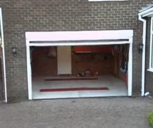 Sembra impossibile mettere 2 auto in questo garage, ma lui ha un trucco