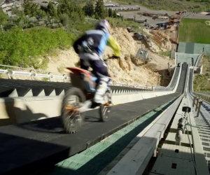 Il più folle salto con la moto
