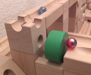 Un incredibile labirinto di legno che ipnotizza chi lo guarda