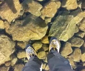 Un lago ghiacciato trasparente