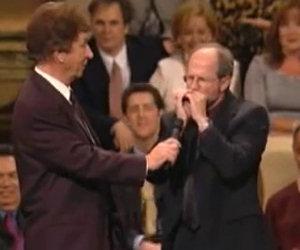 Un maestro dell'armonica incanta il pubblico con la sua bravura