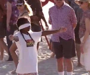 Una donna chiede abbracci in spiaggia, ecco la reazione della gente