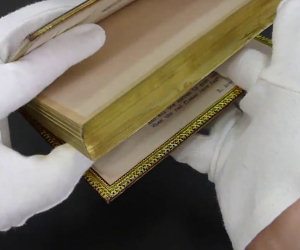 Libraio piega il bordo di un volume e scopre un segreto spettacolare