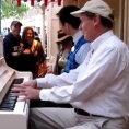 2 pianisti suonano, arriva un estraneo e succede una cosa incredibile