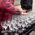 Un uomo e 33 bicchieri d'acqua. Un talento davvero da brividi