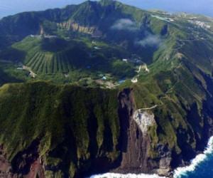 L'incredibile villaggio costruito dentro la bocca di un vulcano