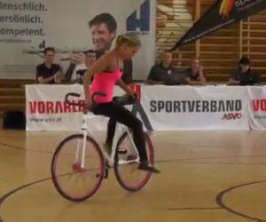 Ciò che riesce a fare questa ciclista sorprende tutti i presenti
