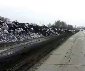 Un enorme ammasso di terra e neve avanza lentamente sulla strada