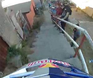 Una folle discesa in bicicletta