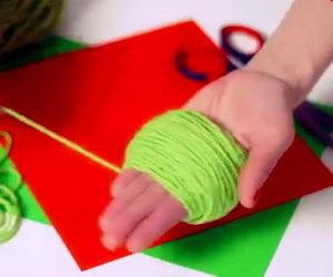 Arrotola la lana attorno alla mano e crea un'opera d'arte in miniatura