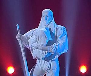 La statua inizia a muoversi, il suo numero è sensazionale