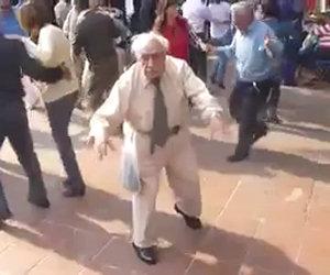 Vecchietto si scatena e balla