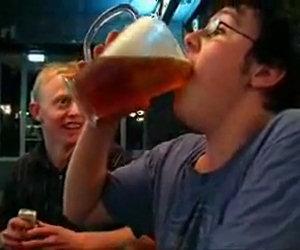 Bere una brocca di birra in 5 secondi