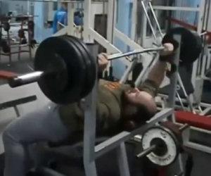 Fare sollevamento pesi con la pancia