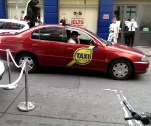 Folla di gente blocca tassista e lui...