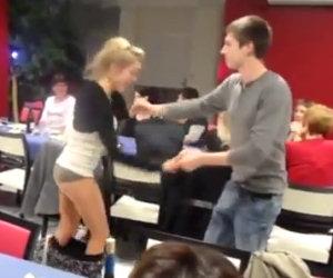 Ragazza perde la gonna mentre balla