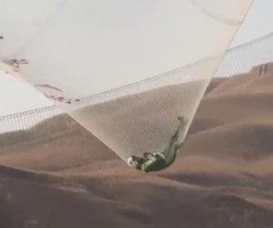 Si lancia per 7000 metri senza paracadute, ecco il video da brividi