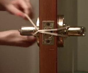 Lega un elastico alla maniglia, ecco un trucco formidabile