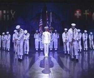 18 marinai salgono sul palco immobili ma poi lasciano tutti di stucco