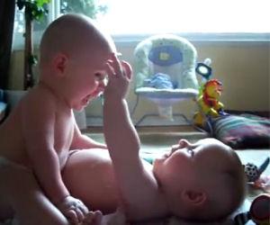 Due gemellini parlano tra loro usando un linguaggio buffo e speciale