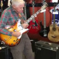Nonno di 80 anni entra in un negozio di chitarre ed ecco cosa fa...