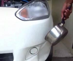 Versa acqua bollente sull'auto, sembra folle ma è geniale!