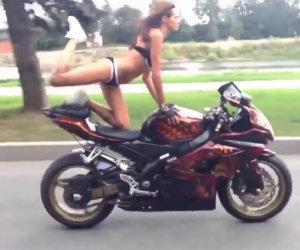 Ragazza fa acrobazie sulla moto