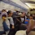 Incredibile atterraggio d'emergenza di un aereo con un buco nel fianco