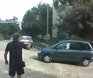 Airbag esplode toccando un tombino